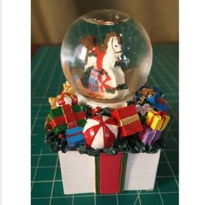 AVON 1998 GIFT COLLECTION - MINI SNOWGLOBE